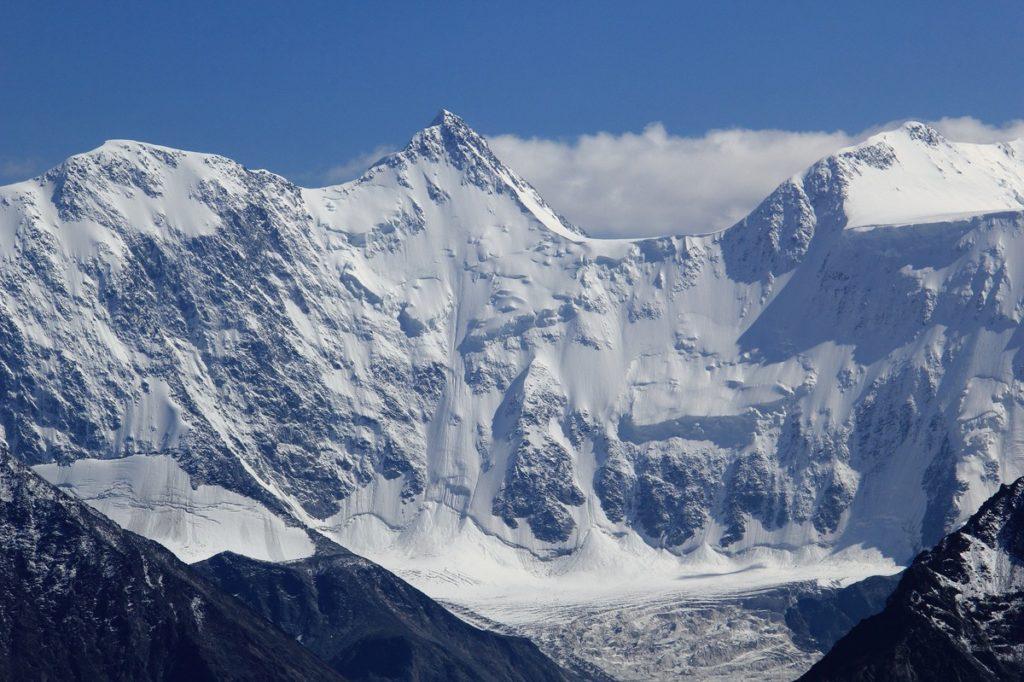 Гора Белуха снег