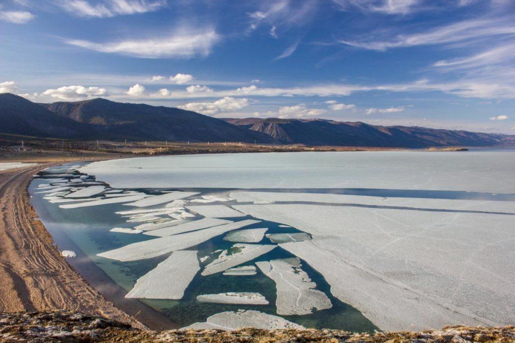 Озеро Байкал весна
