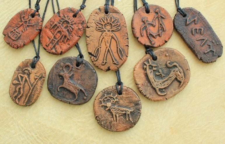 Подвески из глины с петроглифами